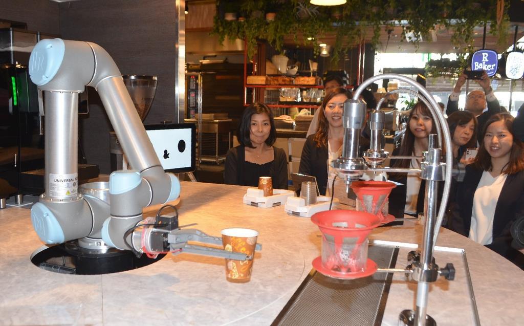 全国初のロボットが接客する完全無人のカフェ=西宮市