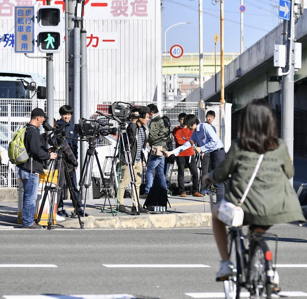 大植良太郎被告が、護送中の車両から逃走した現場付近に集まった報道陣=9日午前、大阪府東大阪市