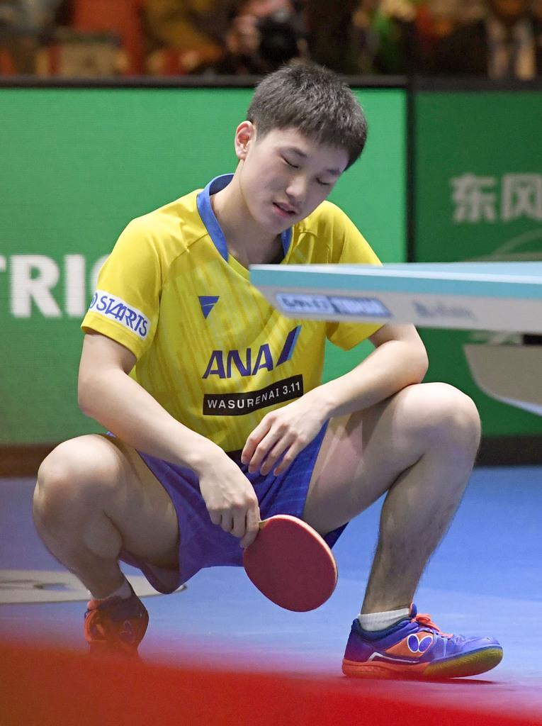 男子準決勝 中国戦の2戦目で敗れ、しゃがみ込む張本智和=東京体育館