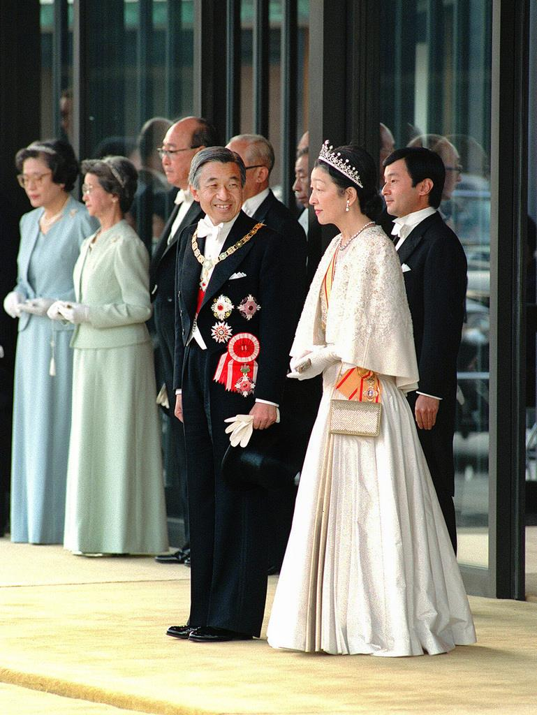 祝賀パレードご出発の前、なごやかな表情で言葉を交わされる上皇さま、上皇后さまと天皇陛下=1990年11月12日、皇居・宮殿南車寄せ
