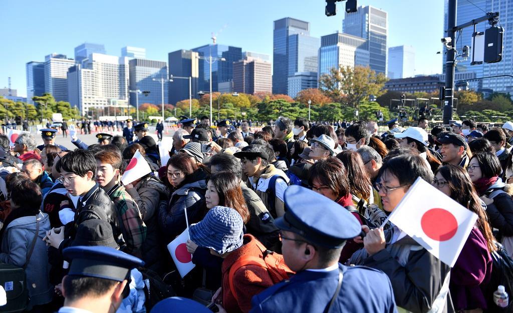 祝賀パレードを見ようと皇居周辺に集まる人たち=10日午前、東京都千代田区(宮崎瑞穂撮影)