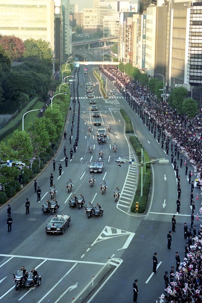 前回の「祝賀御列の儀」で、パレードされる上皇ご夫妻=平成2年11月12日、東京都港区赤坂