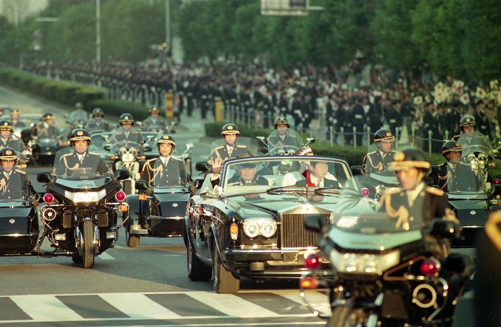 前回の「祝賀御列の儀」で、パレードされる上皇ご夫妻=平成2年11月12日、東京都港区青山