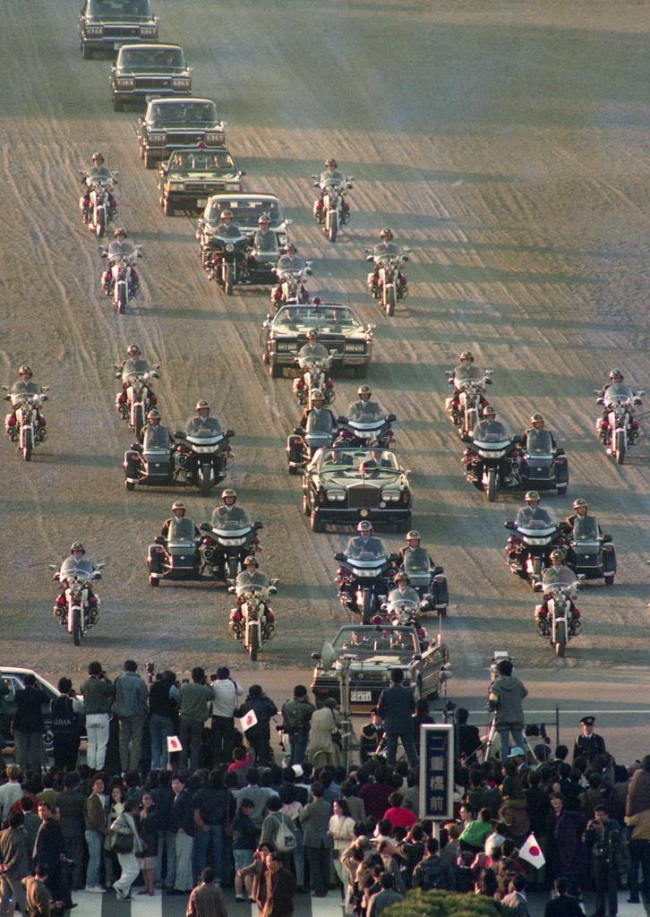 前回の「祝賀御列の儀」で、パレードされる上皇ご夫妻=平成2年11月12日、皇居前広場