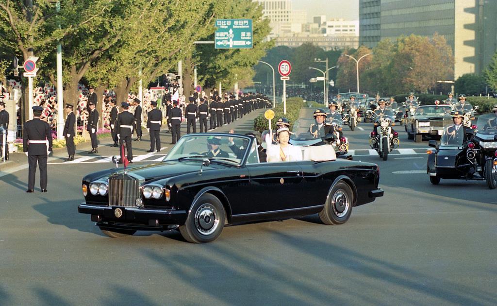 前回の「祝賀御列の儀」で、パレードされる上皇ご夫妻=平成2年11月12日、国会正門前