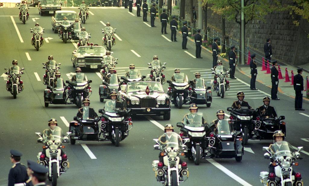 前回の「祝賀御列の儀」で、パレードされる上皇ご夫妻=平成2年11月12日、三宅坂交差点