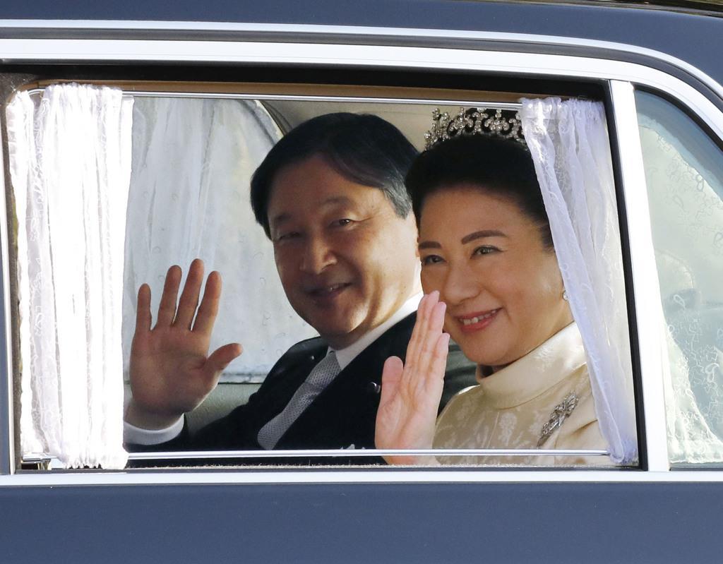即位パレードのため赤坂御用地を出られる天皇、皇后両陛下=10日午後1時59分