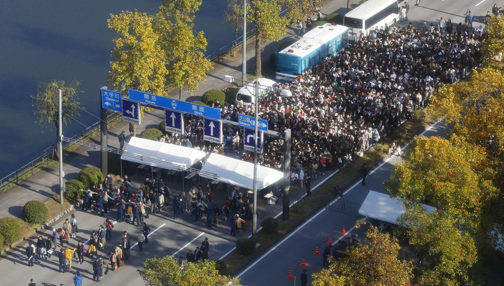 即位パレードを見るため、手荷物検査場に並ぶ大勢の人たち=10日午後1時38分、東京都千代田区