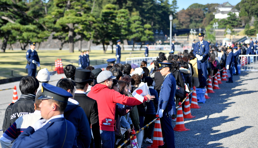 祝賀パレードを見ようと皇居周辺で並ぶ人たち=10日午前、東京都千代田区(宮崎瑞穂撮影)