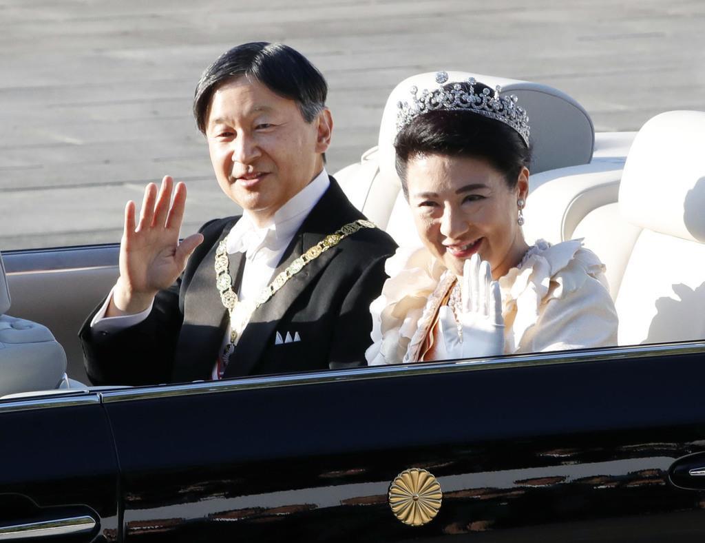 パレードに出発される天皇、皇后両陛下=10日午後3時2分、皇居・宮殿