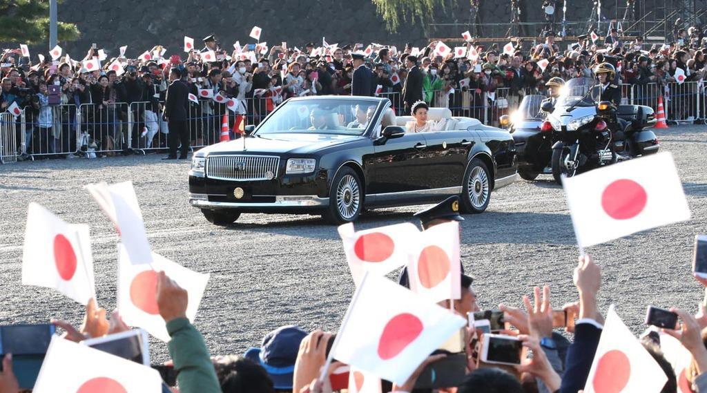 パレードに臨まれる天皇、皇后両陛下を乗せた車両=10日午後、東京都千代田区(佐藤徳昭撮影)