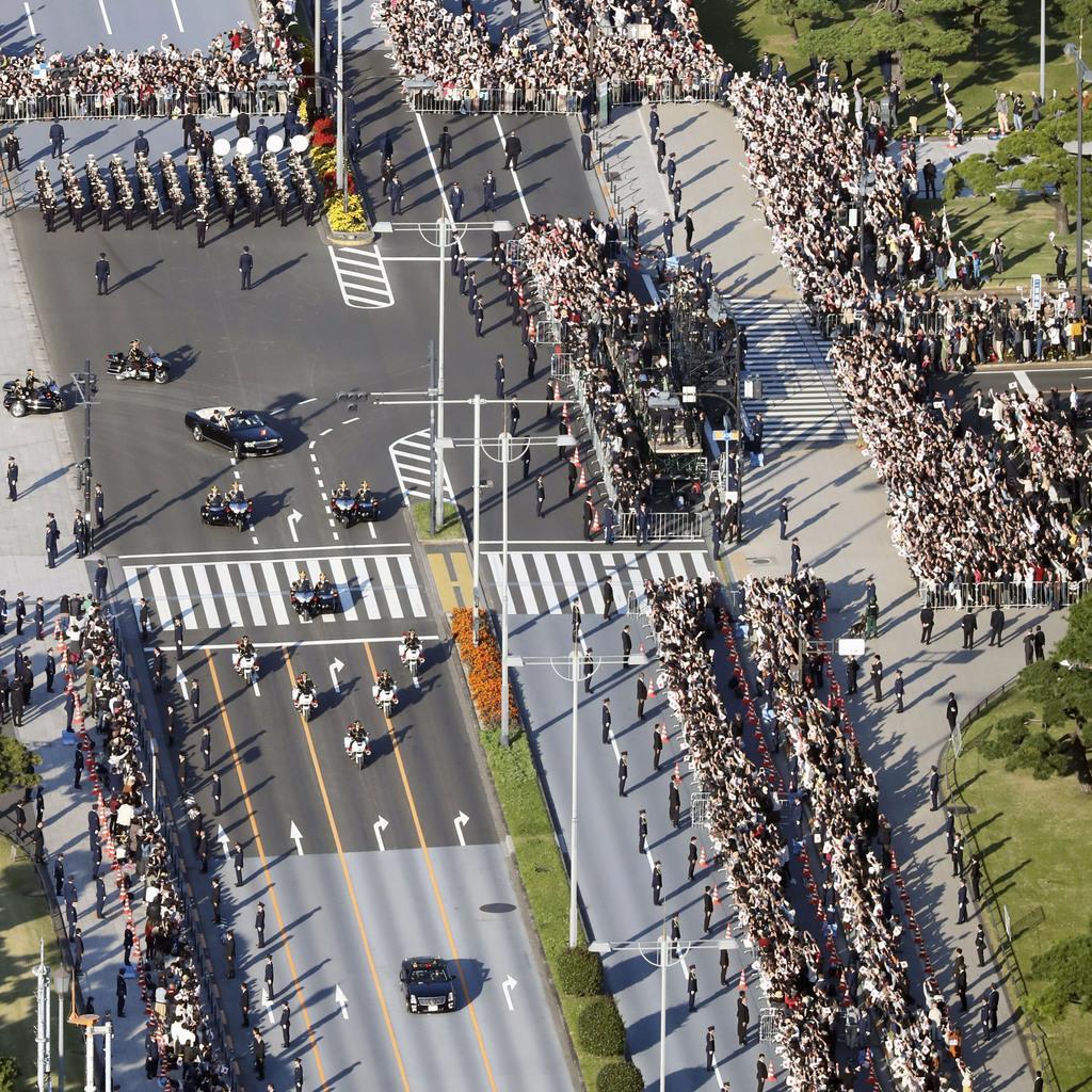 【動画あり】雲一つない晴天でのパレード 沿道に響く歓声 国民…