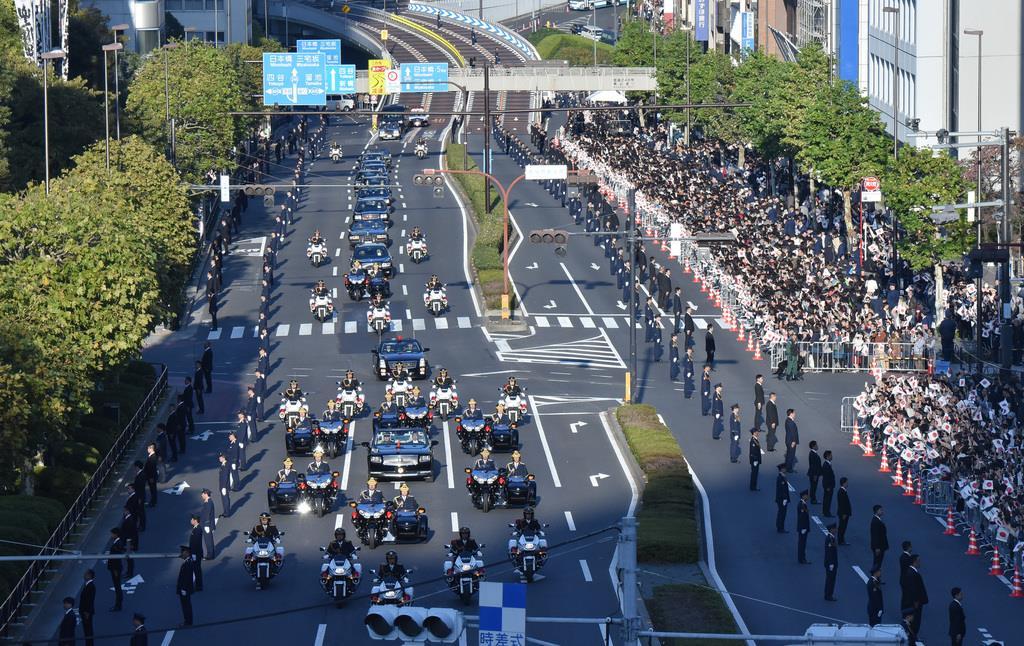 【祝賀御列の儀・祝賀パレード】オープンカーを中心に進む、即位パレードの車列=10日午後、東京都港区(内藤博撮影)