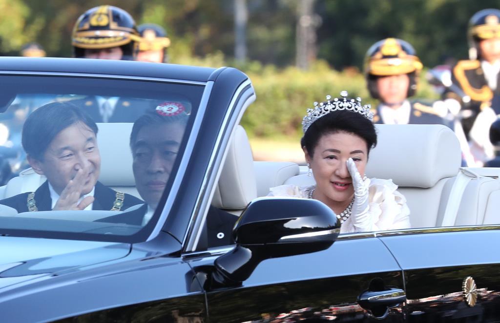 祝賀御列の儀に臨まれる天皇、皇后両陛下=10日午後3時11分、東京都千代田区(鳥越瑞絵撮影)