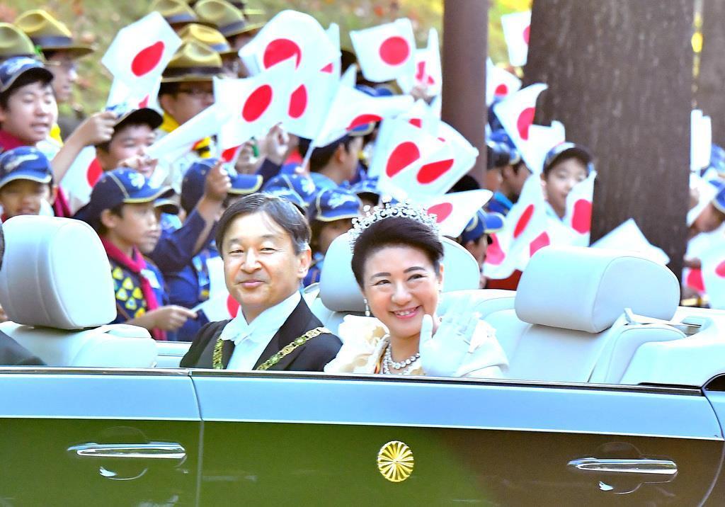 オープンカーで赤坂御所へ入られる天皇、皇后両陛下=10日午後、東京都港区元赤坂(三尾郁恵撮影)