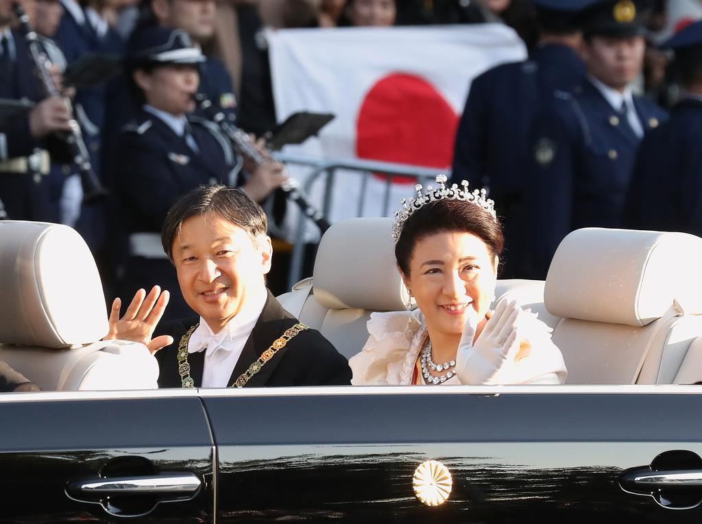 「祝賀御列の儀・祝賀パレード」 沿道に集まった人びとに手を振られる天皇皇后両陛下=10日午後、東京都港区(彦野公太朗撮影)