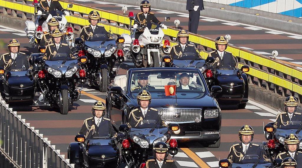 【午後3時17分】赤坂見附近くを通過するパレード=東京都港区(松本健吾撮影)