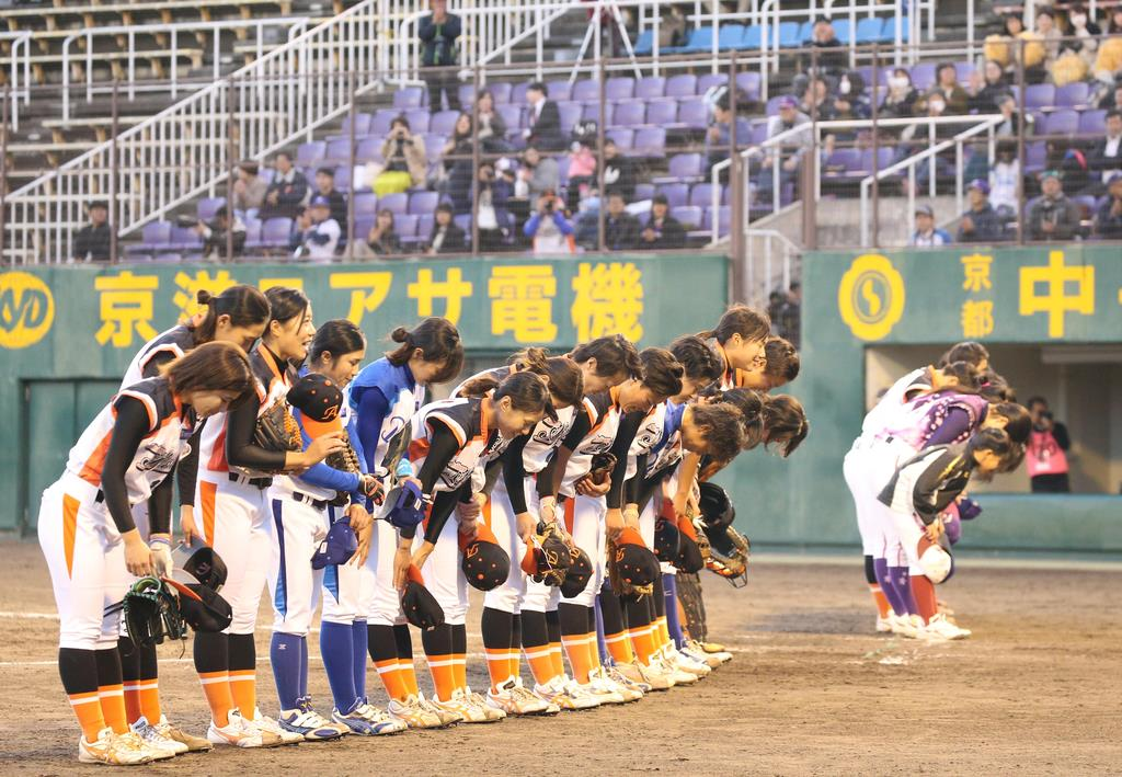退団試合の終了後、スタンドに一礼する選手ら=11月8日、わかさスタジアム京都(岡田茂撮影)