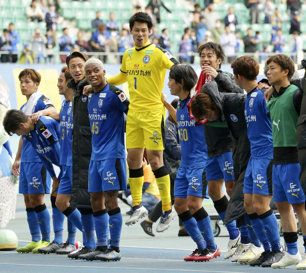 G大阪に逆転勝ちし、喜ぶGK高木(1)ら大分イレブン=昭和電ドーム
