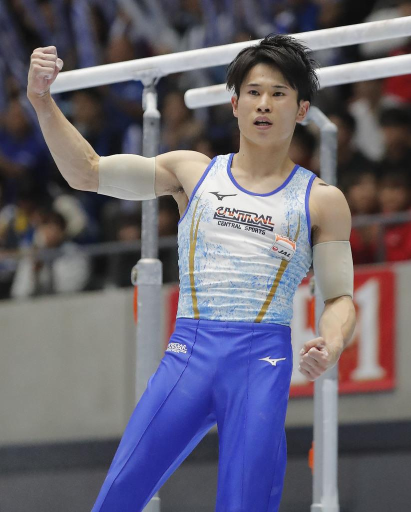 平行棒の演技を終え、ガッツポーズするセントラルスポーツ・萱和磨=高崎アリーナ