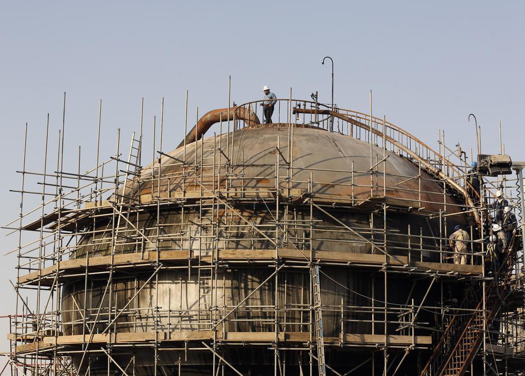 サウジアラムコの石油施設=9月20日、サウジアラビア東部アブカイク(AP)