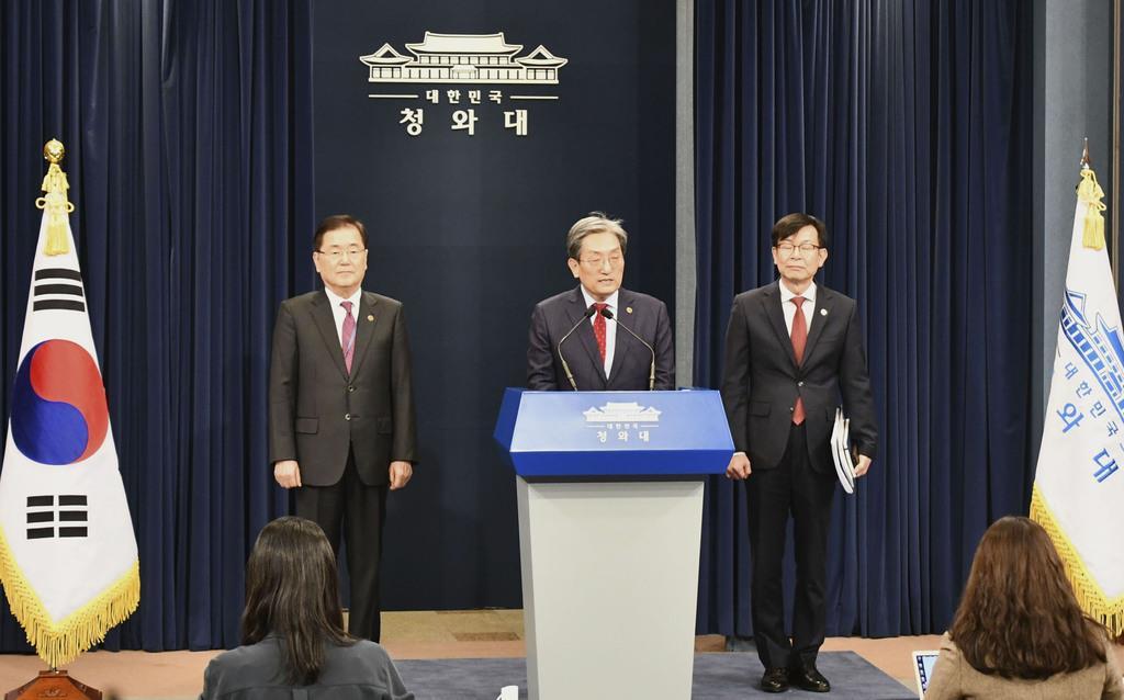 10日、ソウルの韓国大統領府で記者団と懇談する(左から)鄭義溶国家安保室長、盧英敏秘書室長ら(共同)