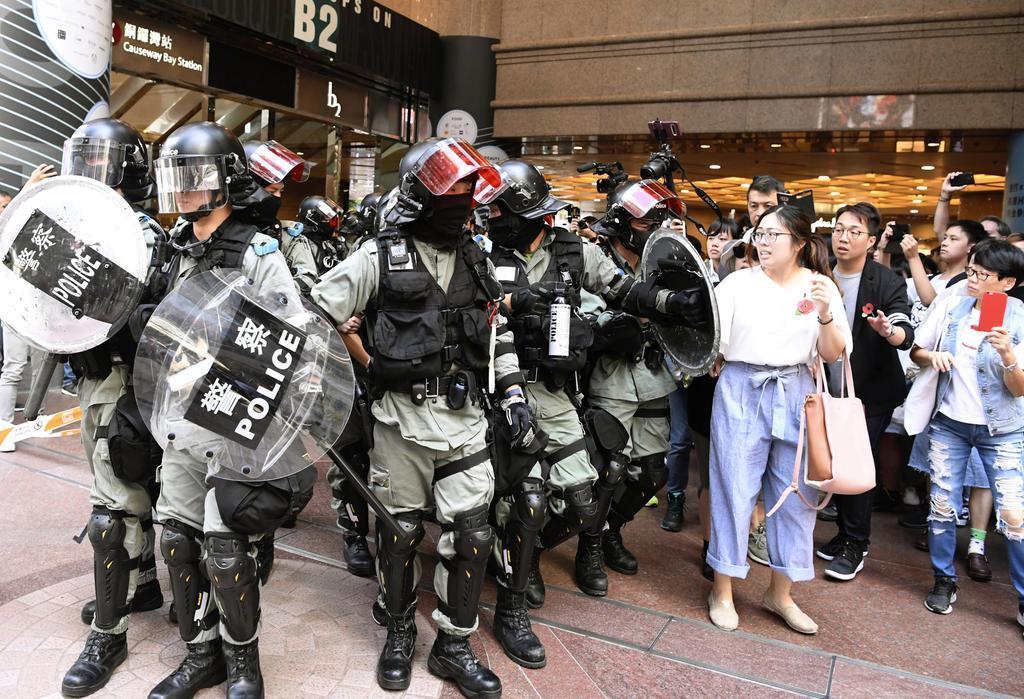香港中心部の商業施設で警戒する警官隊=10日(共同)