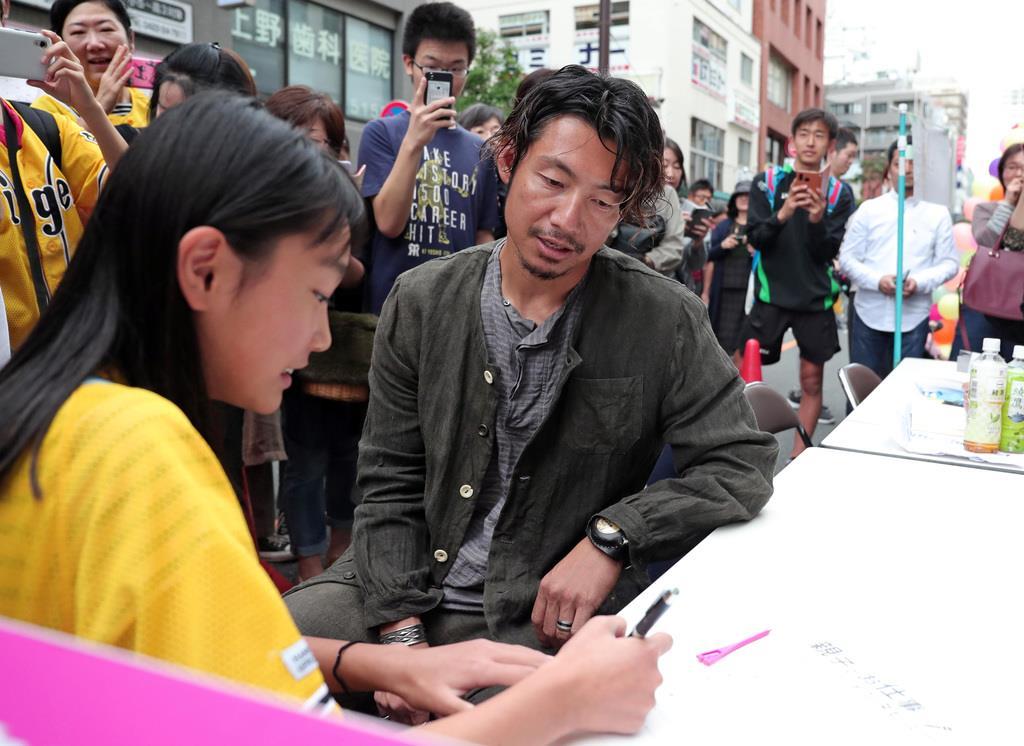 イベントで子供たちと交流する鳥谷敬=東京都三鷹市(撮影・桐原正道)