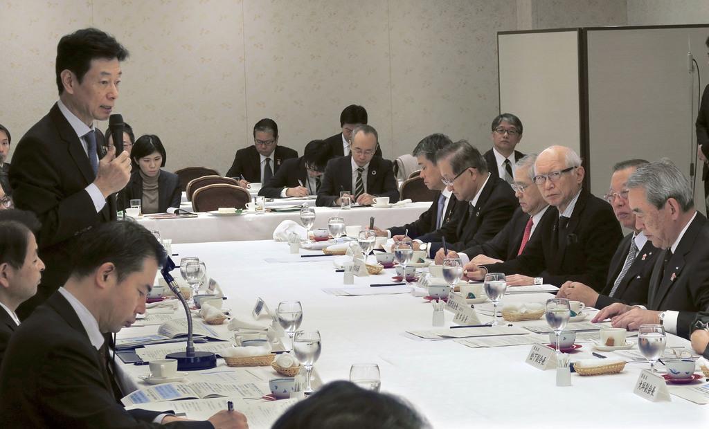 関西経済連合会などとの会合であいさつする西村康稔経済再生相=10日、大阪市