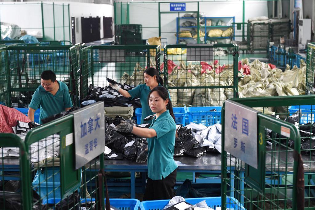 「独身の日」を控え、国際小包を分類する従業員ら=2日、中国安徽省(ロイター=共同)
