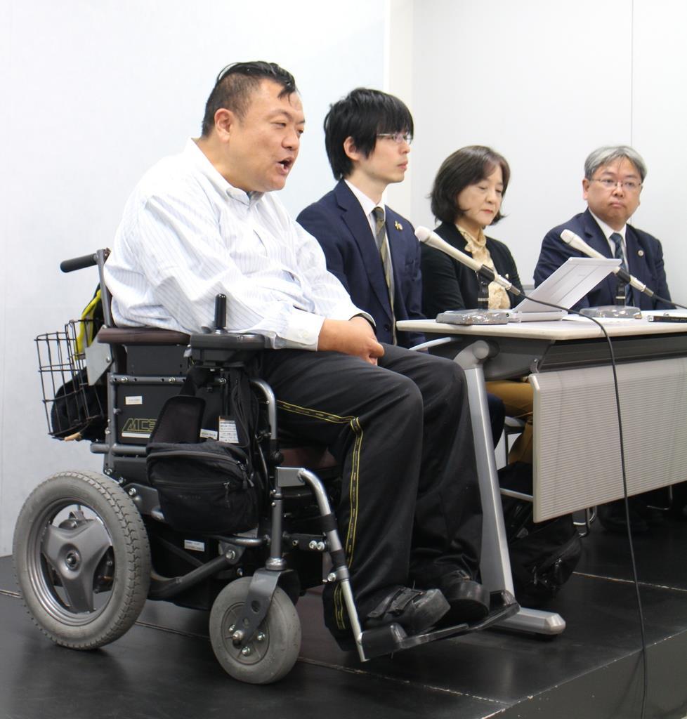 車いす搭乗拒否問題で、日弁連から再発防止の要望書が出たことを受け会見する申立人の大久保健一さん(左)=11日、大阪市北区