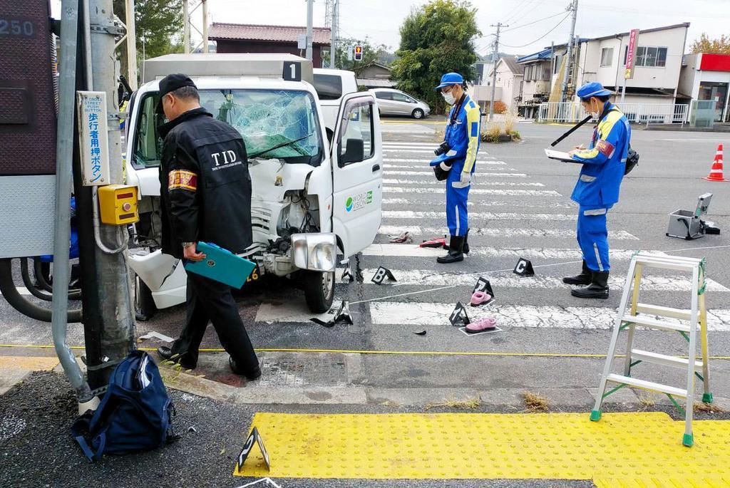軽ワゴン車が保育園児の列に突っ込んだ現場=11日正午ごろ、東京都八王子市宇津木町