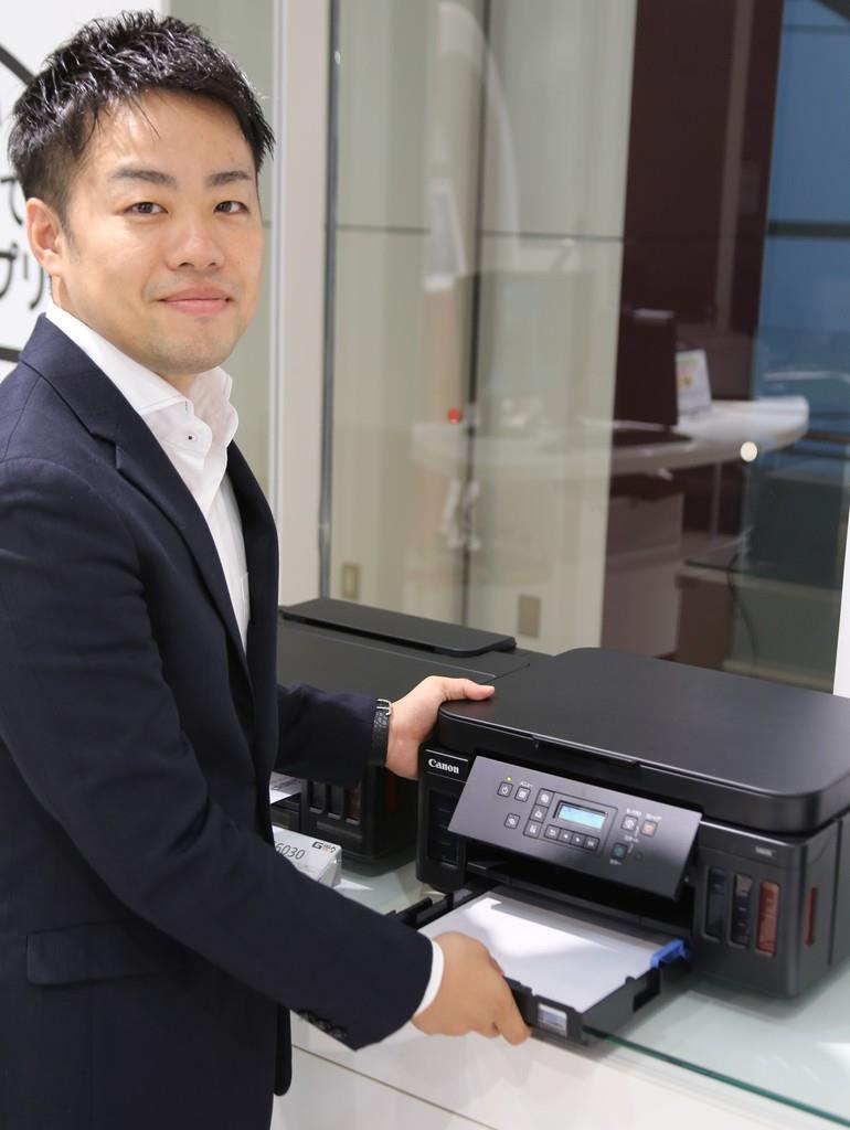 「G6030は、前面カセットと後トレイに合計350枚の大量給紙が可能」と説明する中村さん