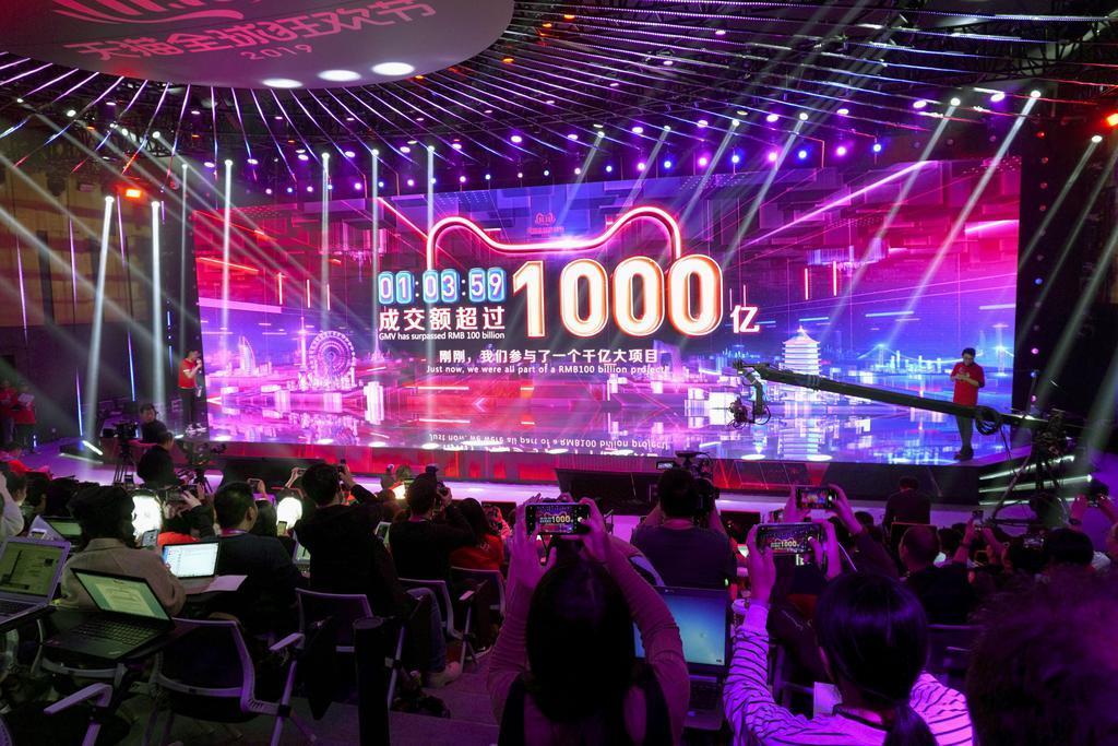 「独身の日」のイベントで、取引額の1千億元突破をアピールするアリババグループ=11日、中国・杭州市(共同)
