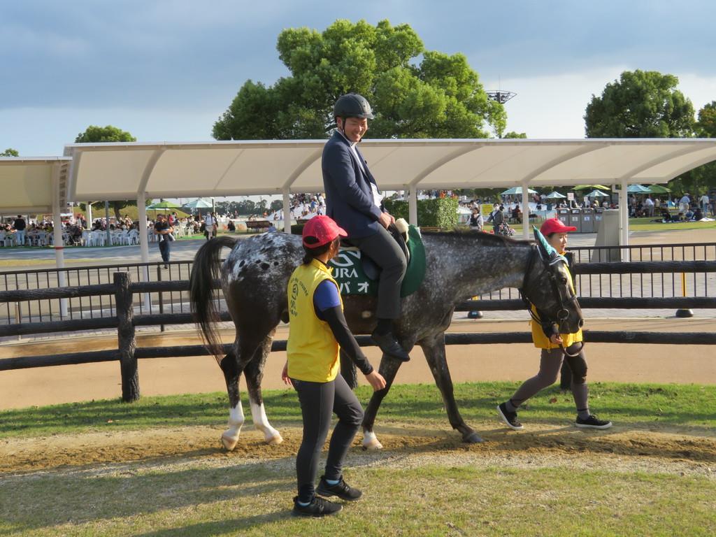 記者も乗馬体験。馬上からの眺めは最高