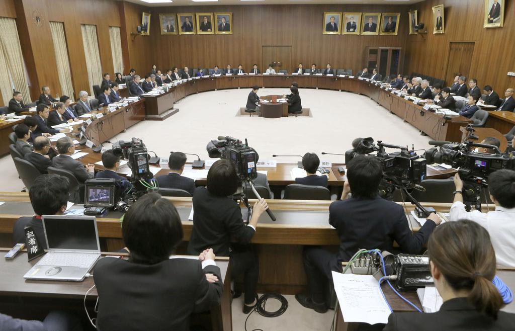 約2年ぶりに実質的な議論が行われた衆院憲法審査会=11月7日、国会内