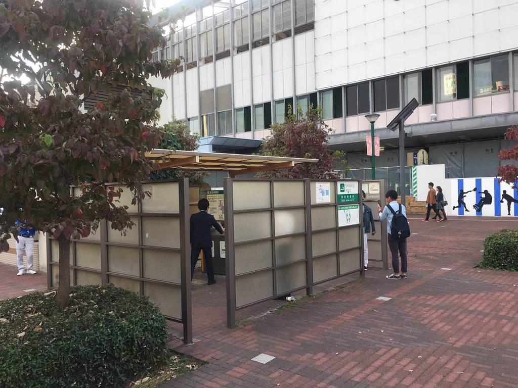 JR岡山駅前の喫煙所。屋外喫煙の規制強化を求める声もあがっている=10月、岡山市北区