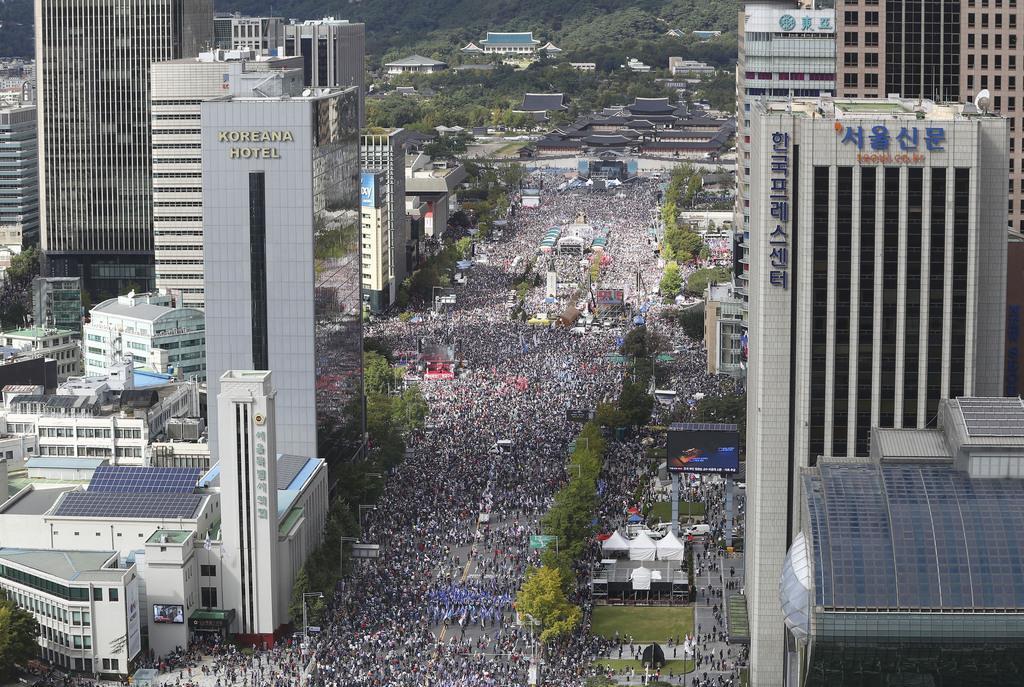 10月3日、ソウル中心部で開かれた韓国のチョ・グク法相の辞任などを求める大規模集会(共同)