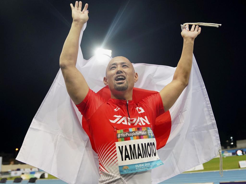 男子走り幅跳び(義足)で3位に入り、歓声に応える山本篤。東京パラリンピック代表に内定した=ドバイ(共同)