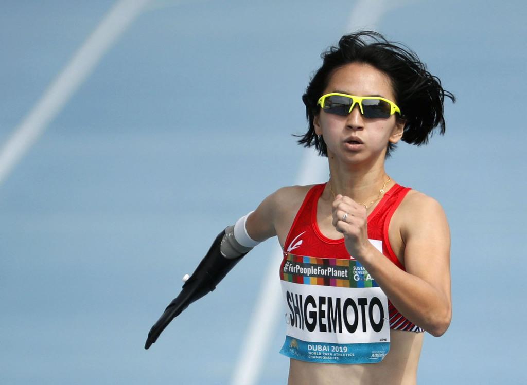 女子400メートル(上肢障害)予選 力走する重本沙絵=ドバイ(共同)