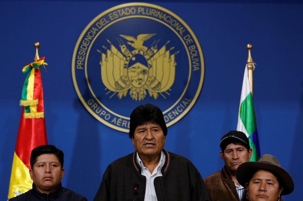ボリビアのエルアルトで演説するモラレス大統領(中央)=10日(ロイター)