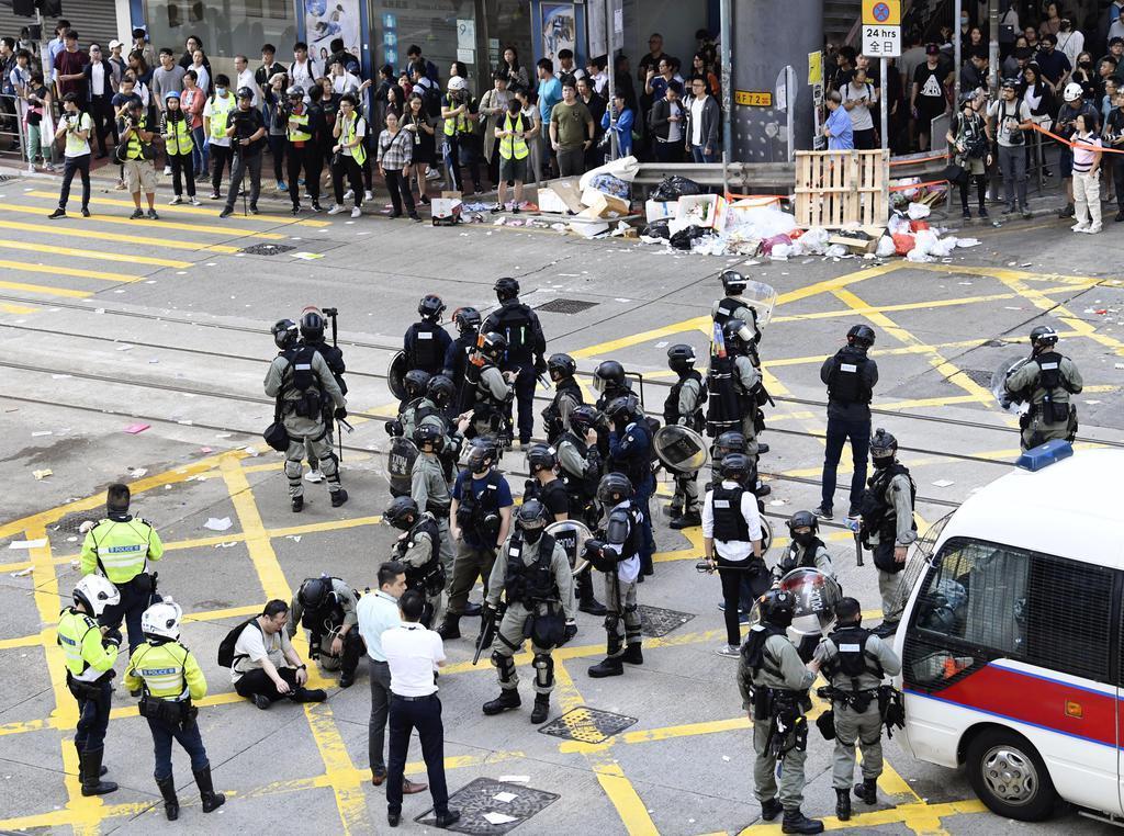 抗議活動を行っていた若者らに警官が発砲し、騒然とする現場付近=11日、香港(共同)