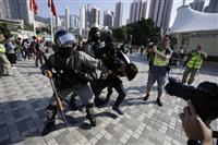 香港で警察の白バイがデモ隊に突入、2人負傷