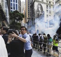 香港で警官発砲、1人重体 催涙弾60発超 白バイ突入も