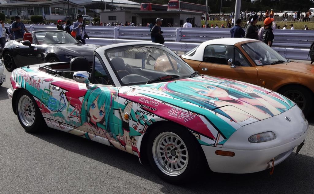 初音ミクを車体にプリントしたロードスター=10月、広島県三次市