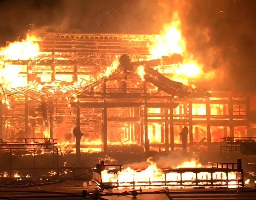 炎上する首里城の正殿=10月31日午前4時2分(那覇市消防局提供)