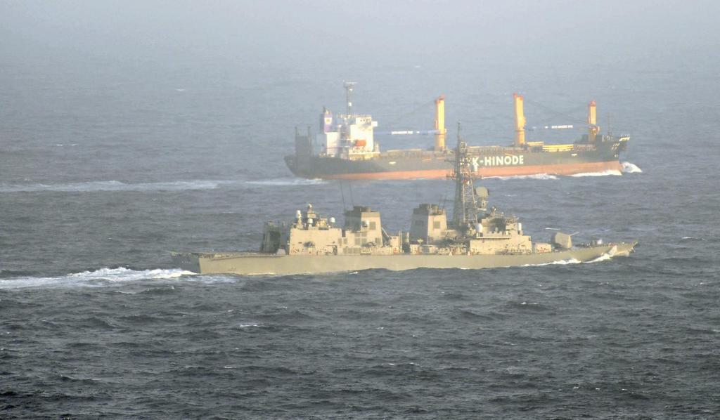 2009年6月、ソマリア沖で日本の貨物船を護衛する海上自衛隊の護衛艦「さざなみ」(手前)