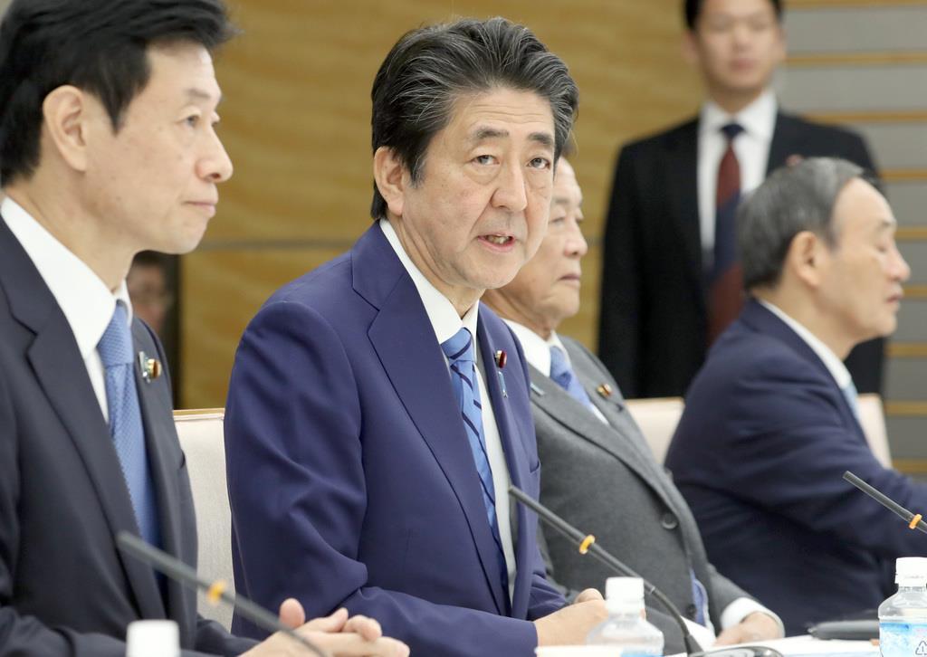 未来投資会議で発言する安倍晋三首相(手前から2人目)=12日午後、首相官邸(春名中撮影)