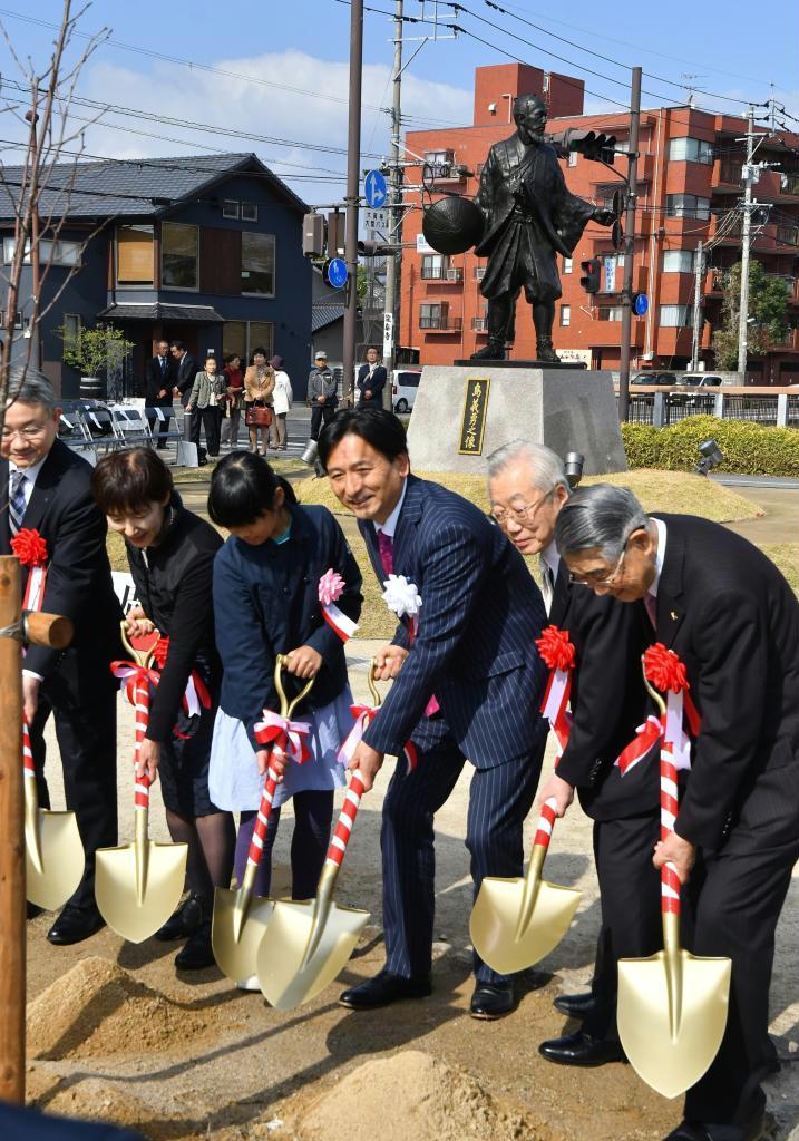 島義勇の銅像建立1周年を記念し北海道産のオオヤマザクラを植樹する関係者=11日午前、佐賀市(中村雅和撮影)