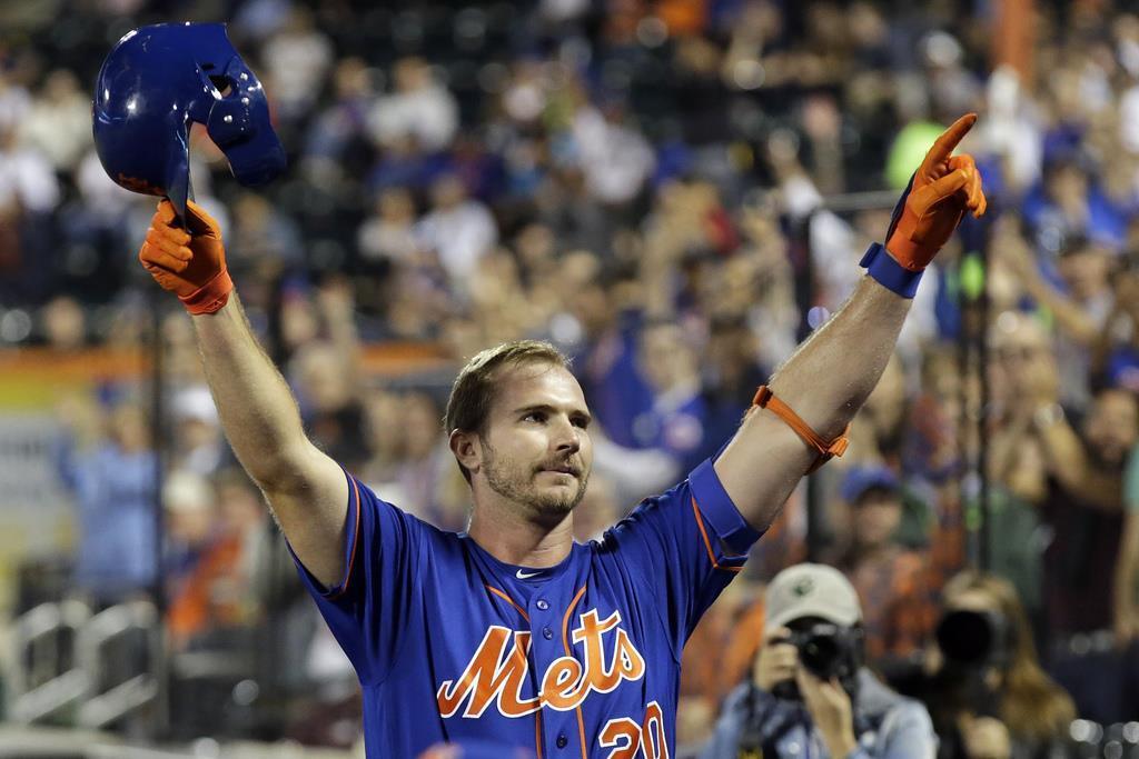 52本塁打を記録し、声援に応えるメッツのアロンソ=9月27日、ニューヨーク(AP)